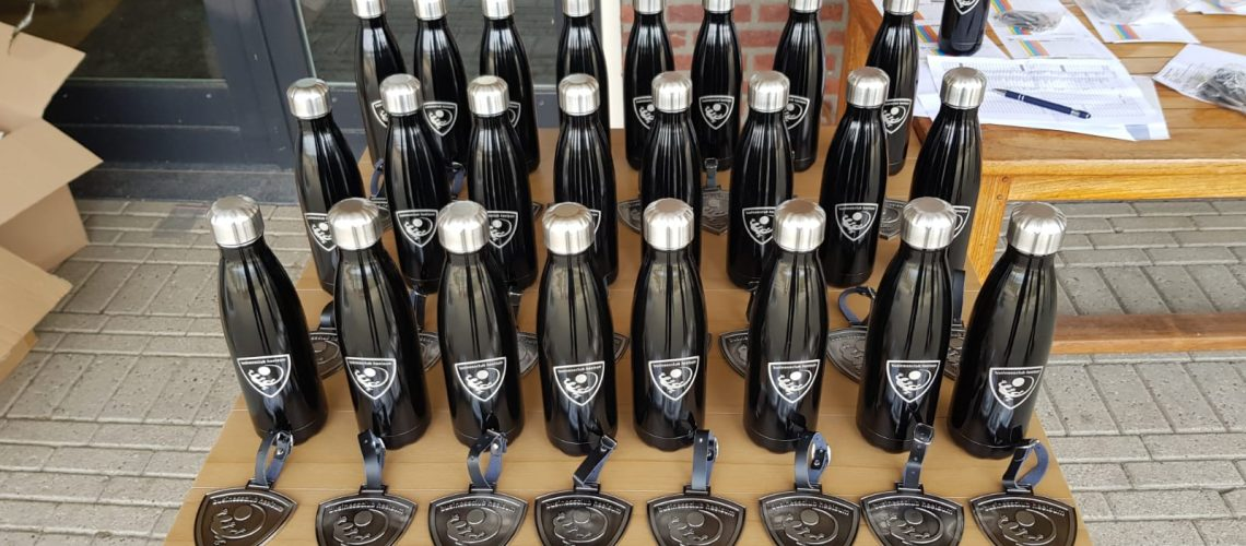 Badge en flessen voor de leden